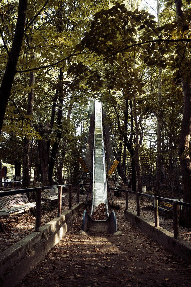 Итальянец построил парк аттракционов в лесу