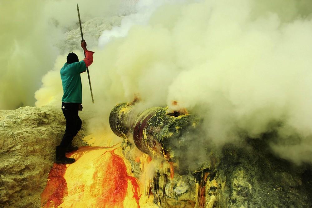 Шахтеры добывают серу в кратере вулкана