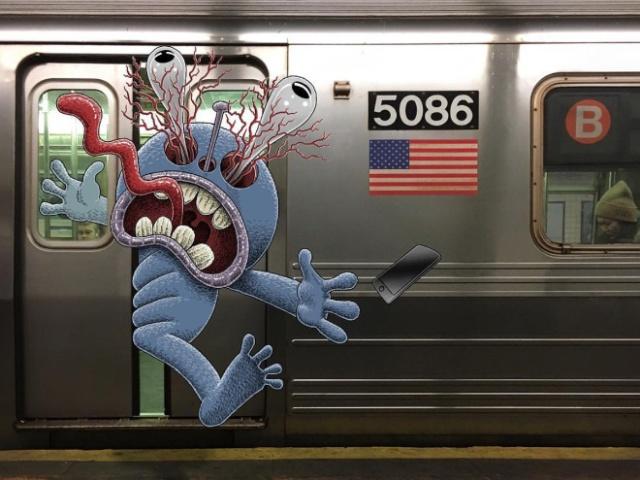 Забавные монстры с незнакомцами в метро