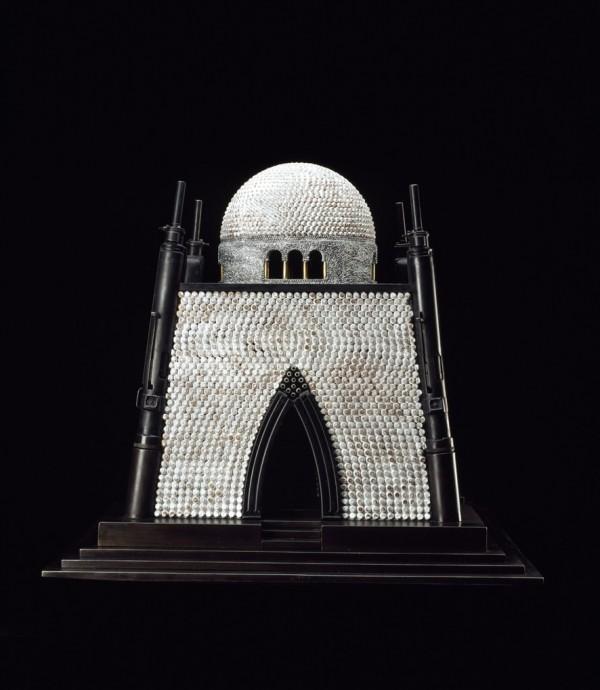 Архитектура религии из оружия и патронов