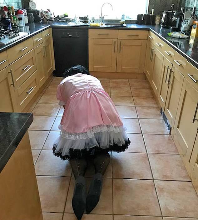 67-летняя бабуля-доминатрикс заставляет мужчин убирать ее дом