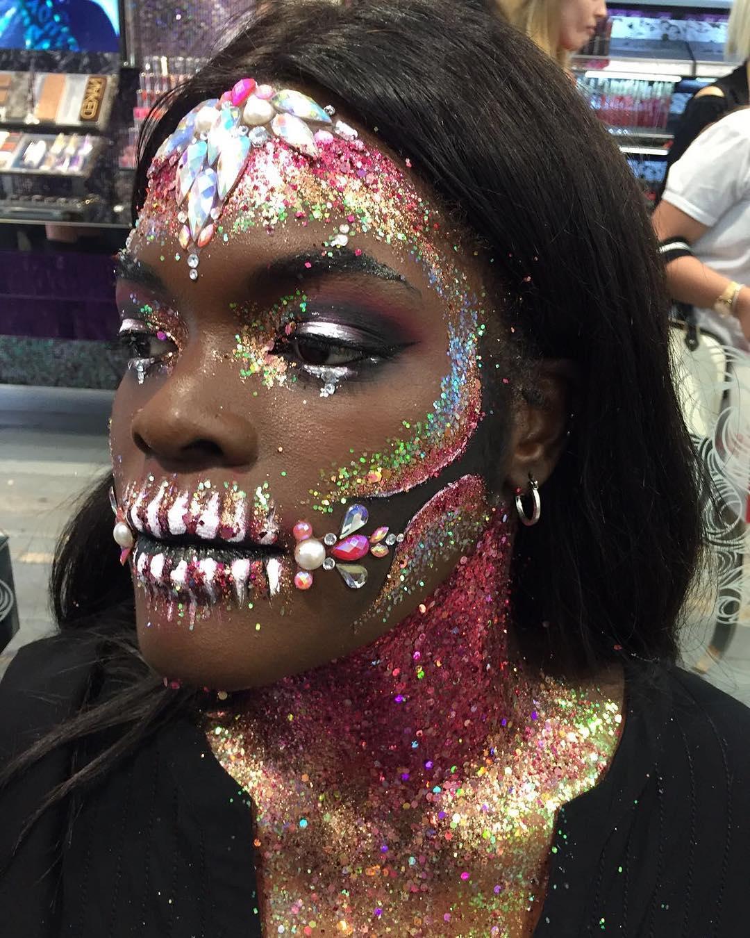 Оригинальный костюм на Хэллоуин: макияж на лице и заднице