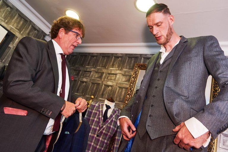 Самый высокий мужчина в Британии впервые обзавелся гигантским костюмом