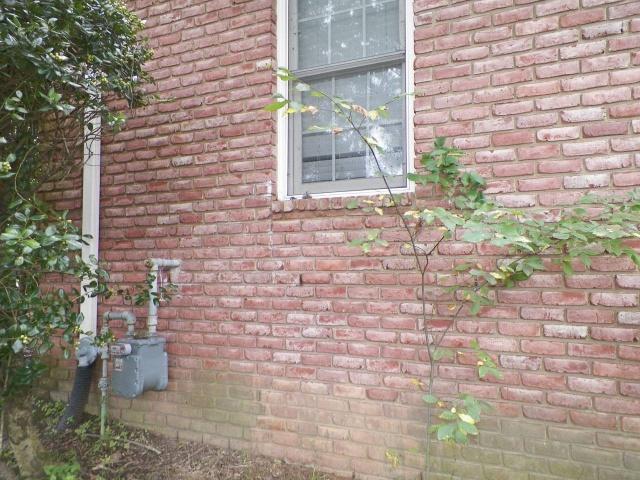 Жители жаловались на странный шум в стене дома