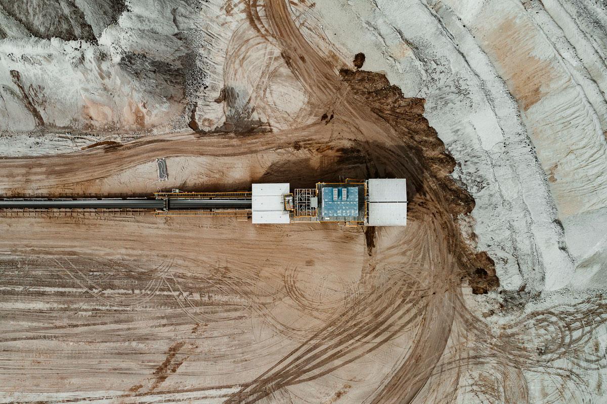 Карьеры и угольные шахты выглядят как ландшафты с другой планеты
