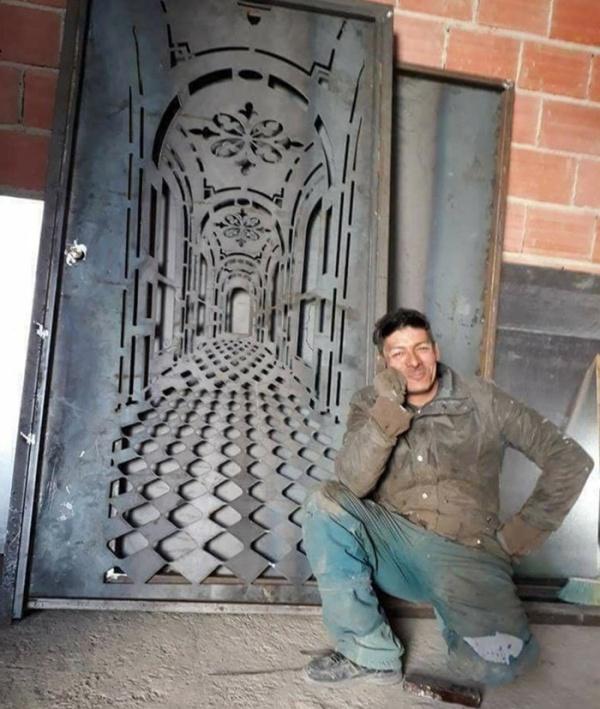 Необычная дверь с оптической с иллюзией