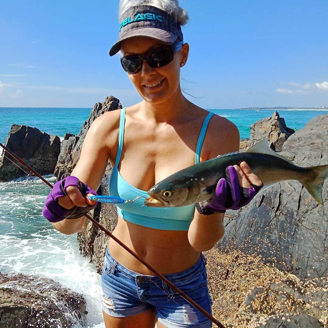 Симпатичная рыбачка Брук Фреклингтон из Австралии