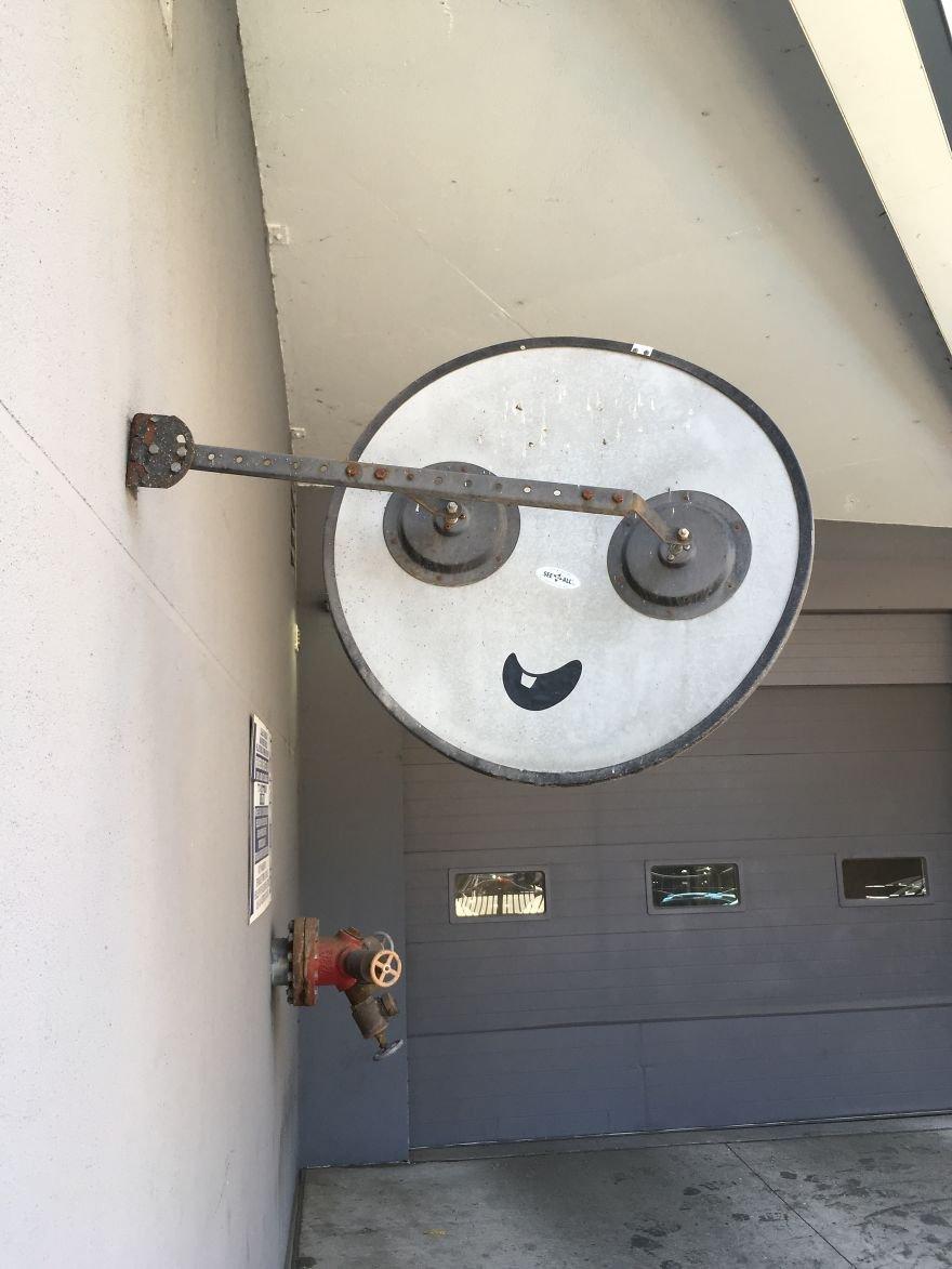 Художник превращает уличные объекты в забавных персонажей