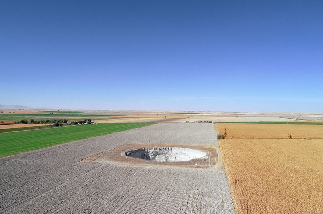 Пугающий провал грунта на фермерском поле