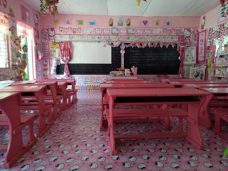 Учительница превратила обычный класс в королевство Hello Kitty