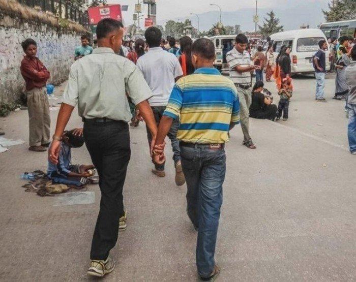 Почему непальские мужчины ходят за ручку