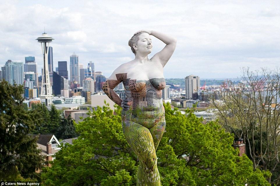 Боди-арт модели на фоне достопримечательностей