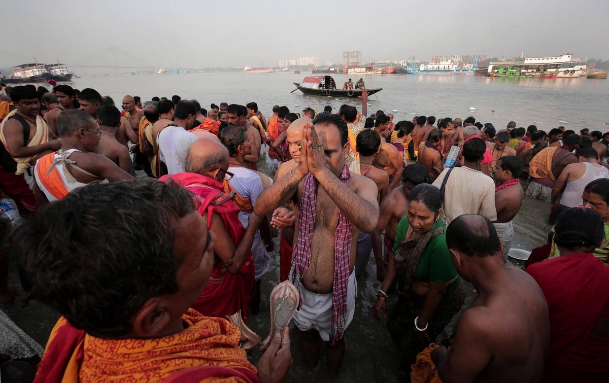 Индуистские верующие воздают почести своим предкам