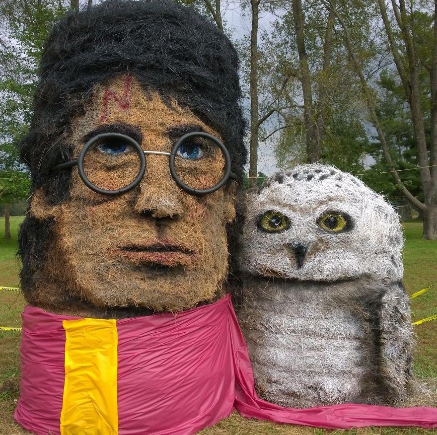 Художник превращает тюки сена в скульптуры к Хэллоуину