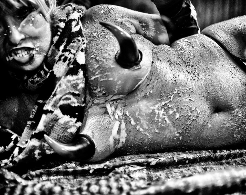 Мир фетиша на черно-белых снимках MagLau