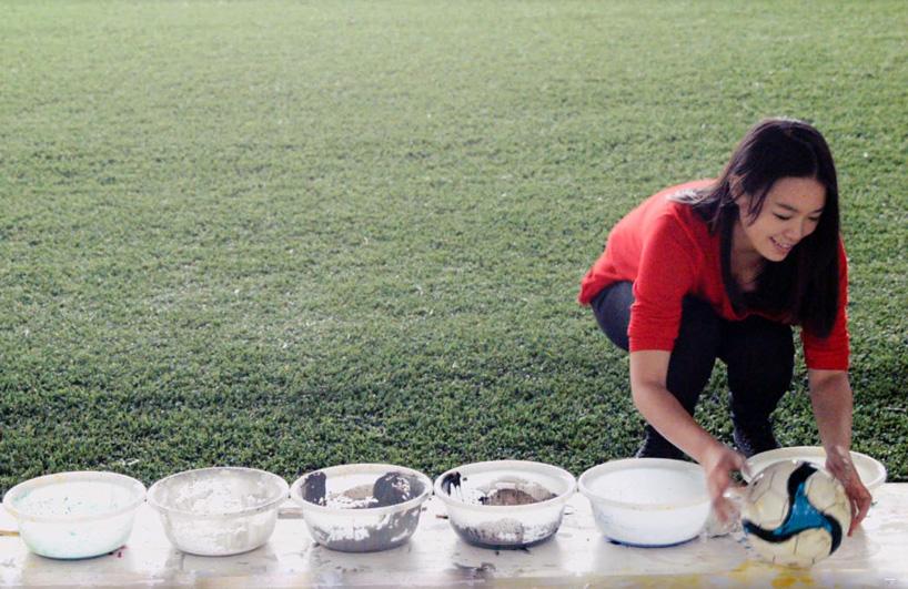 Художница из Малайзии рисует мячами, свечами и чашками