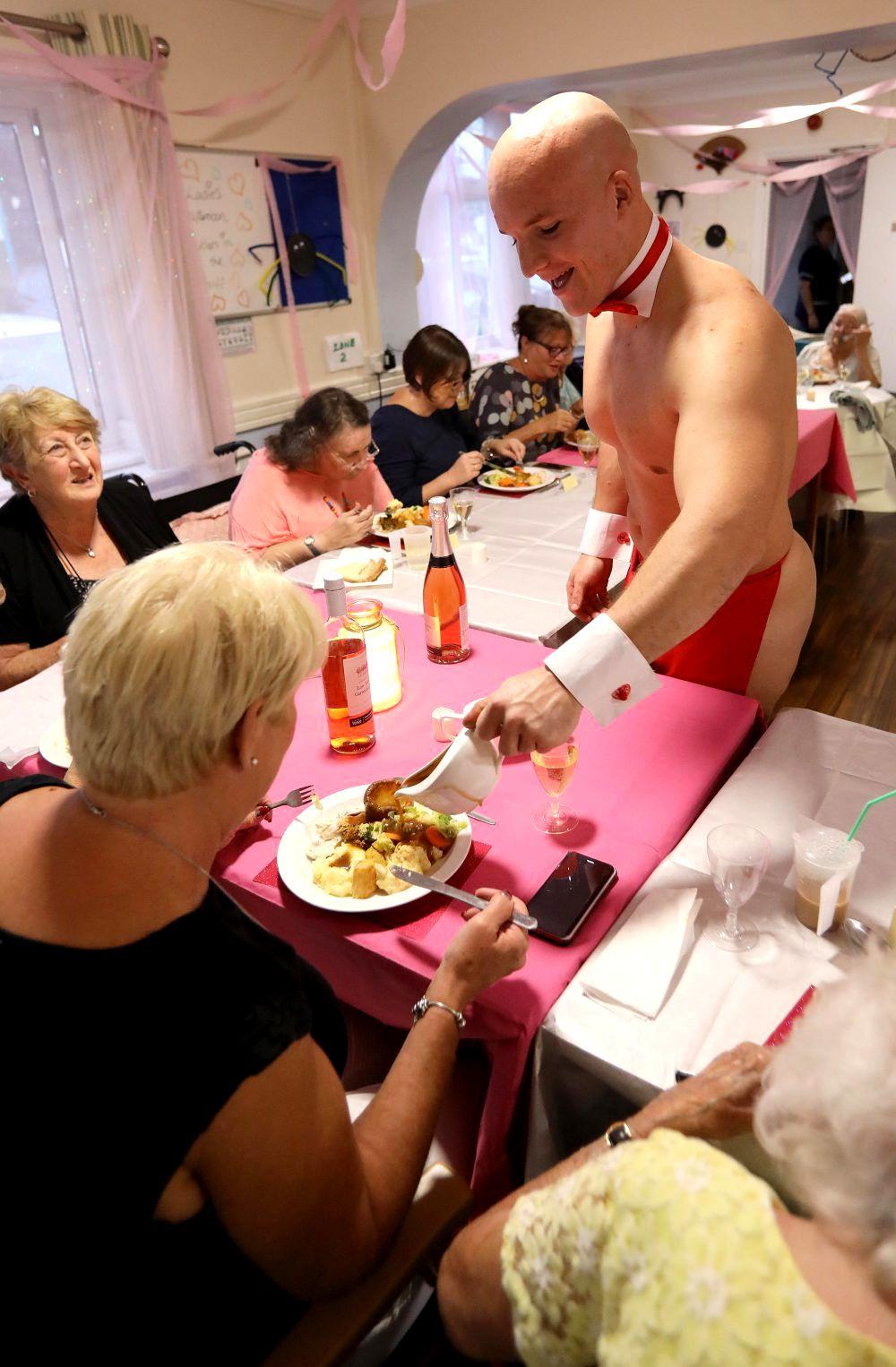 Бабули из дома престарелых пригласили к себе стриптизеров
