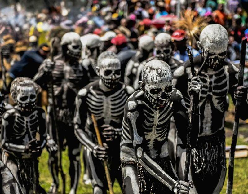 Боевые скелеты племени чимбу на фестивале