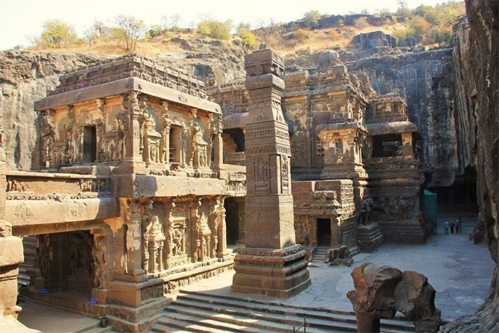 Древний индуистский храм Кайласанатха, высеченный в скале
