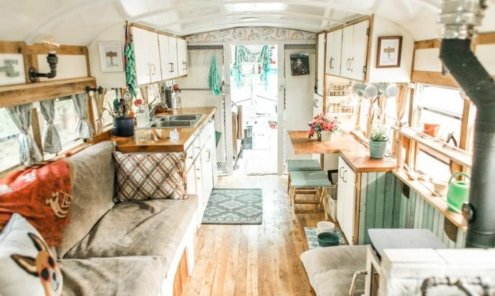 Комфортабельный дом на колесах из старого тюремного автобуса