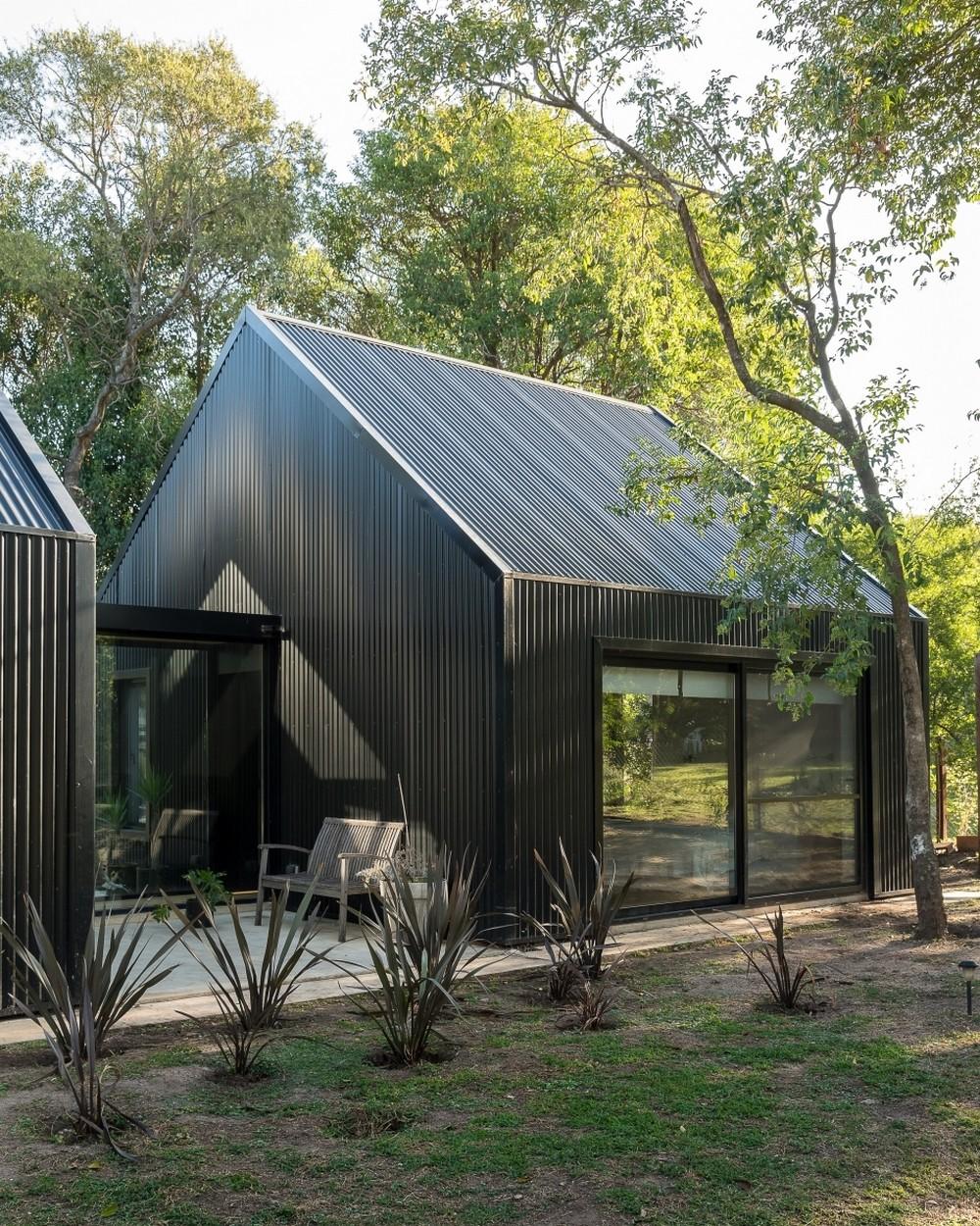 Черный дом-сарай в Аргентине