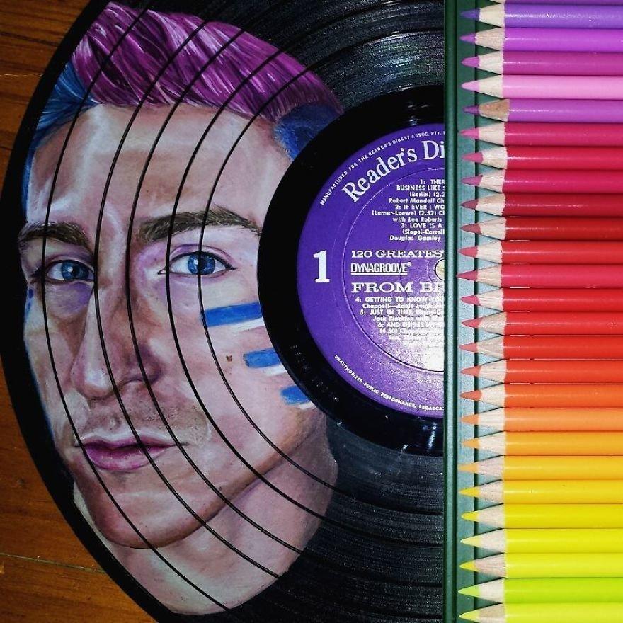 Художница превращает старые виниловые пластинки в портреты