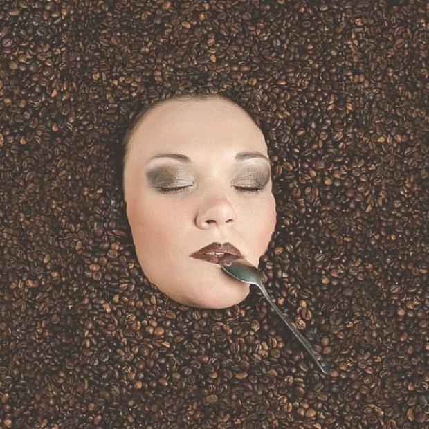 За кадром фотографии с девушкой в кофейных зернах