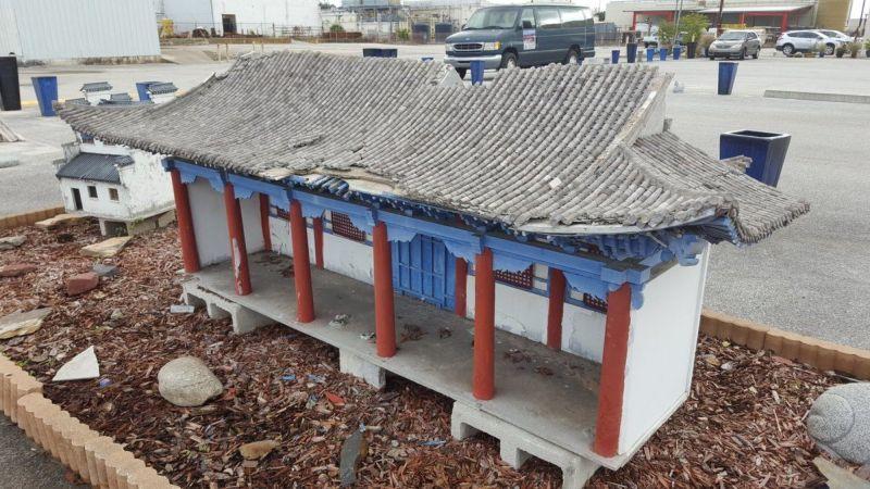 Заброшенный парк с репликами китайских достопримечательностей