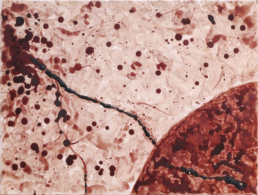 Румынская художница нарисовала картины менструальной кровью