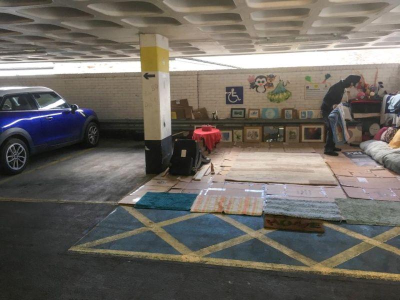 Бездомный британец обустроил себе уютные апартаменты на парковке