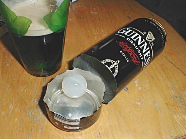 Зачем в банки с пивом Guinness добавляют пластиковый шарик?