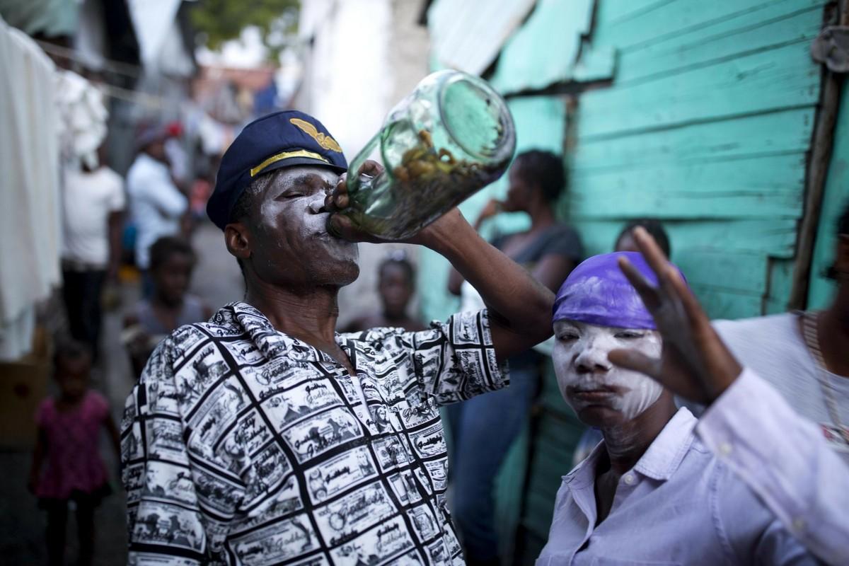 Веселый фестиваль вуду с попойками и плясками на кладбище