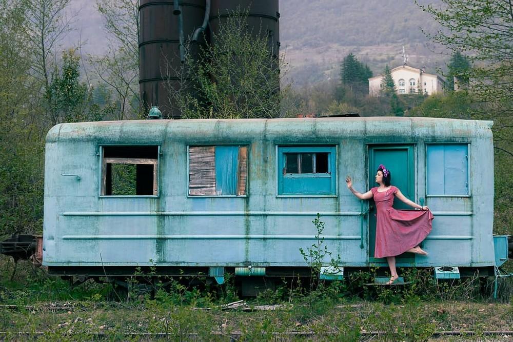 Фотограф запечатлел свою девушку в разных заброшенных местах