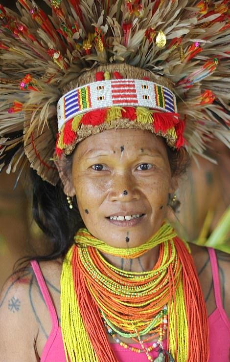 Жители племени славятся своими татуировками, акульими зубами и танцами