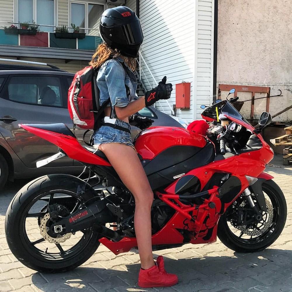 Красивые девушки на велосипедах и мотоциклах