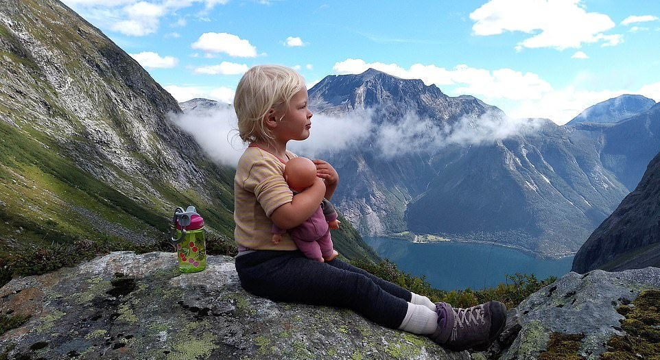 Отец, потерявший работу, ходит в горы с 3-летней дочкой