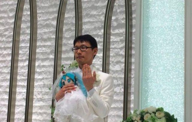 Фанат аниме женился на виртуальной певице