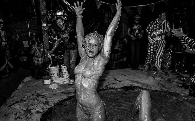 Девушки дерутся в грязи на потеху толпе в Чикаго