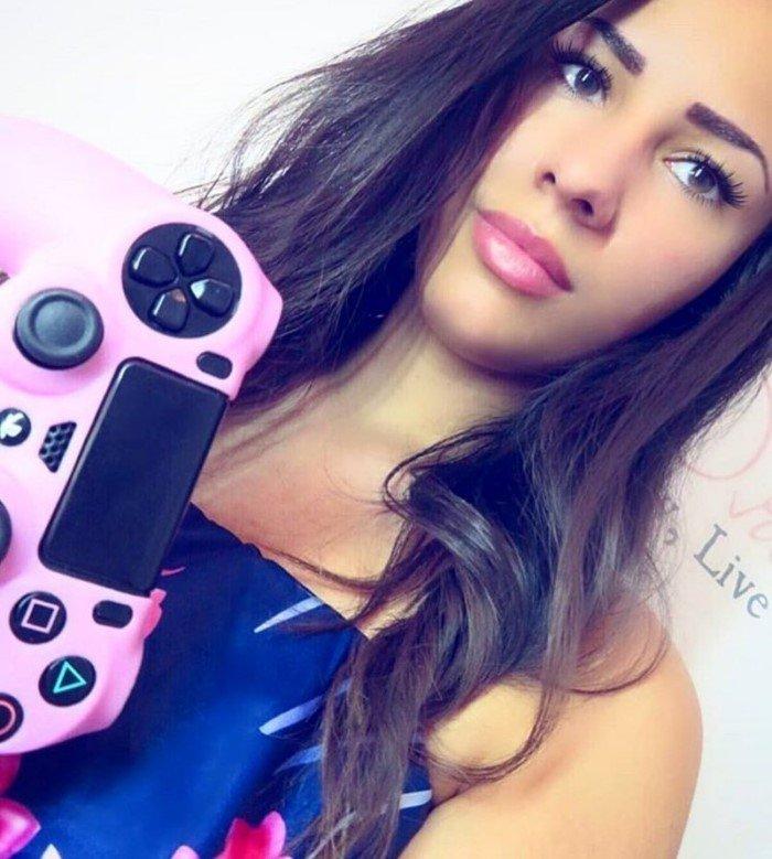 Красивые девушки тоже берут в руки геймпад