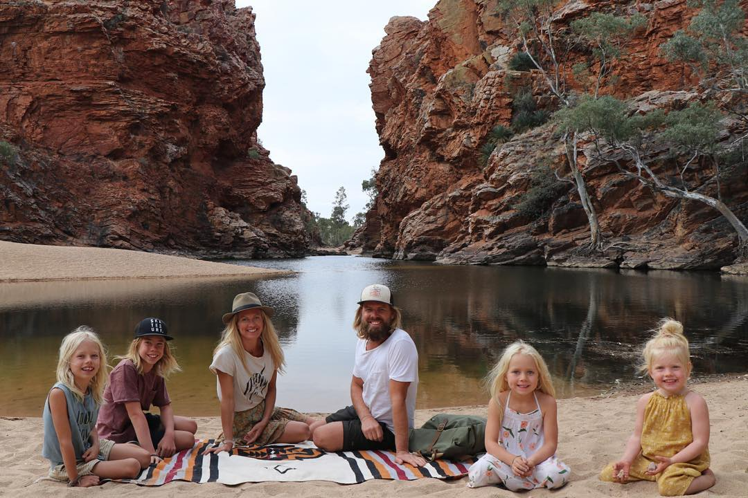Австралийская семья с четырьмя детьми и путешествие по стране