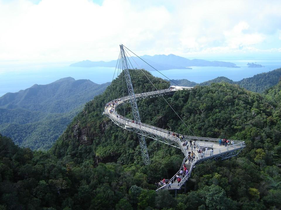 Самые уникальные пешеходные мосты мира