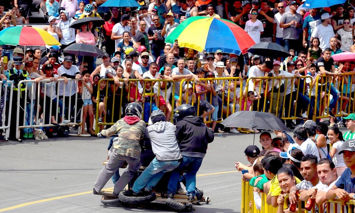 Скоростной спуск на автомобильном фестивале в Медельине