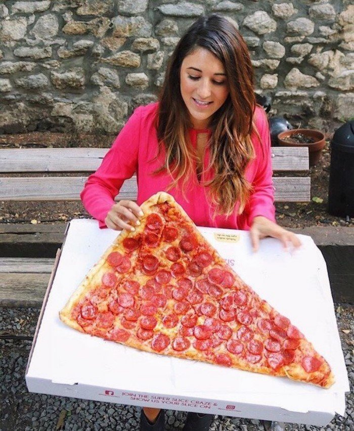 Девушки без ума от пиццы