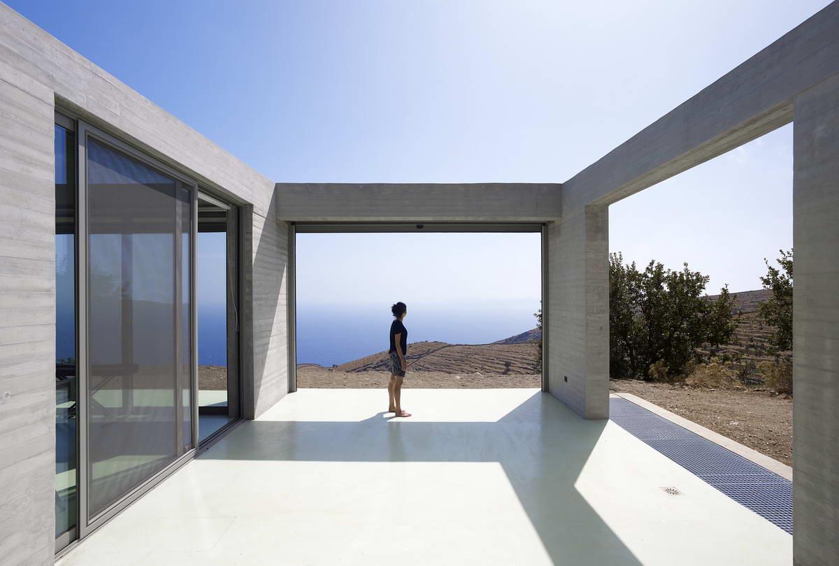 Бетонный загородный дом в Греции