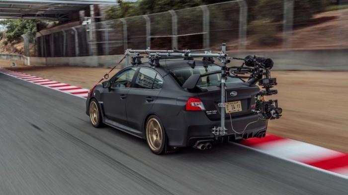 Съемочный Subaru американских журналистов