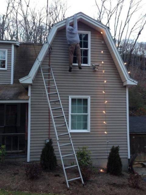 Им было лень заниматься украшением дома к Новому году