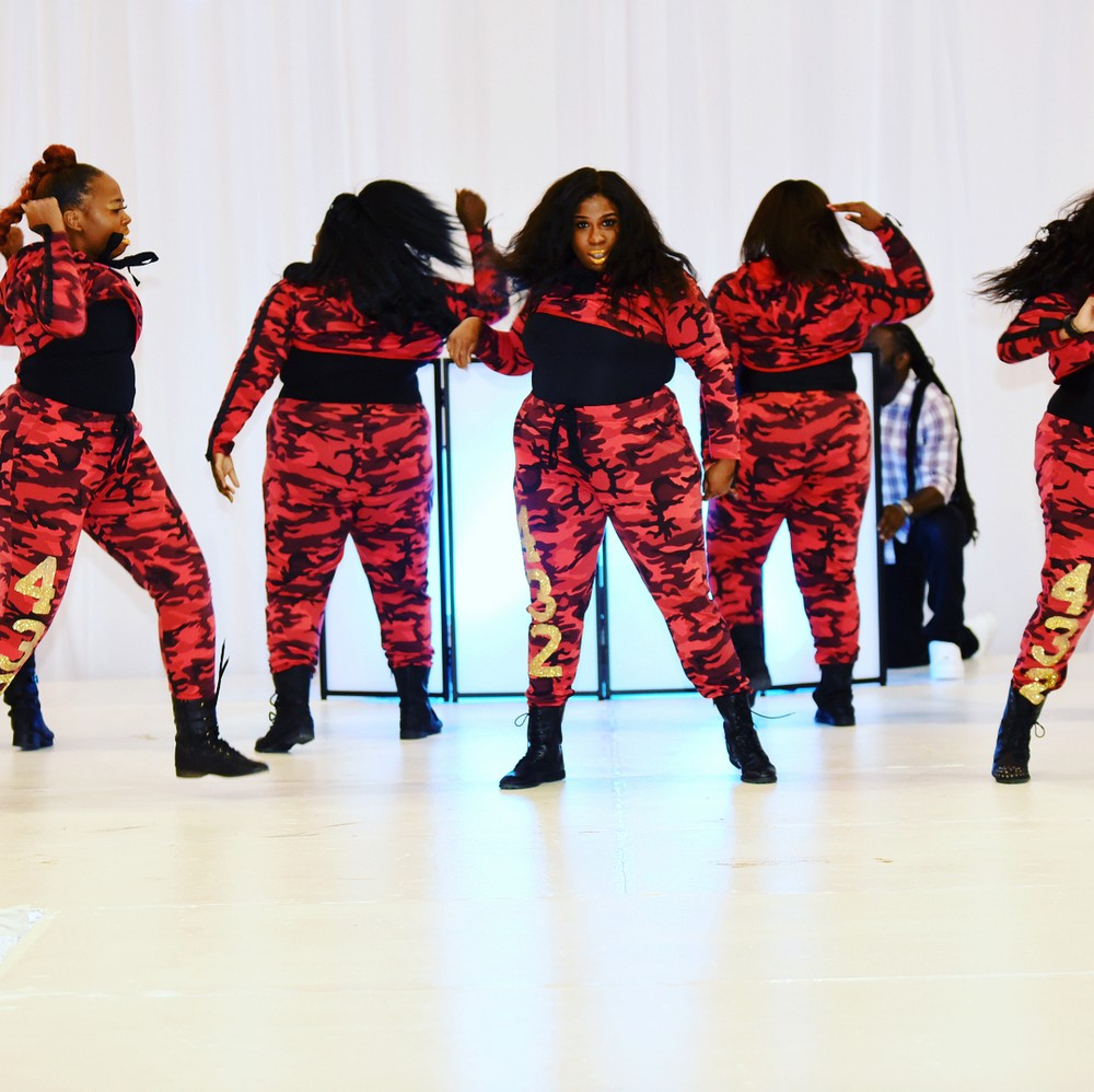 Коллектив пышных танцовщиц