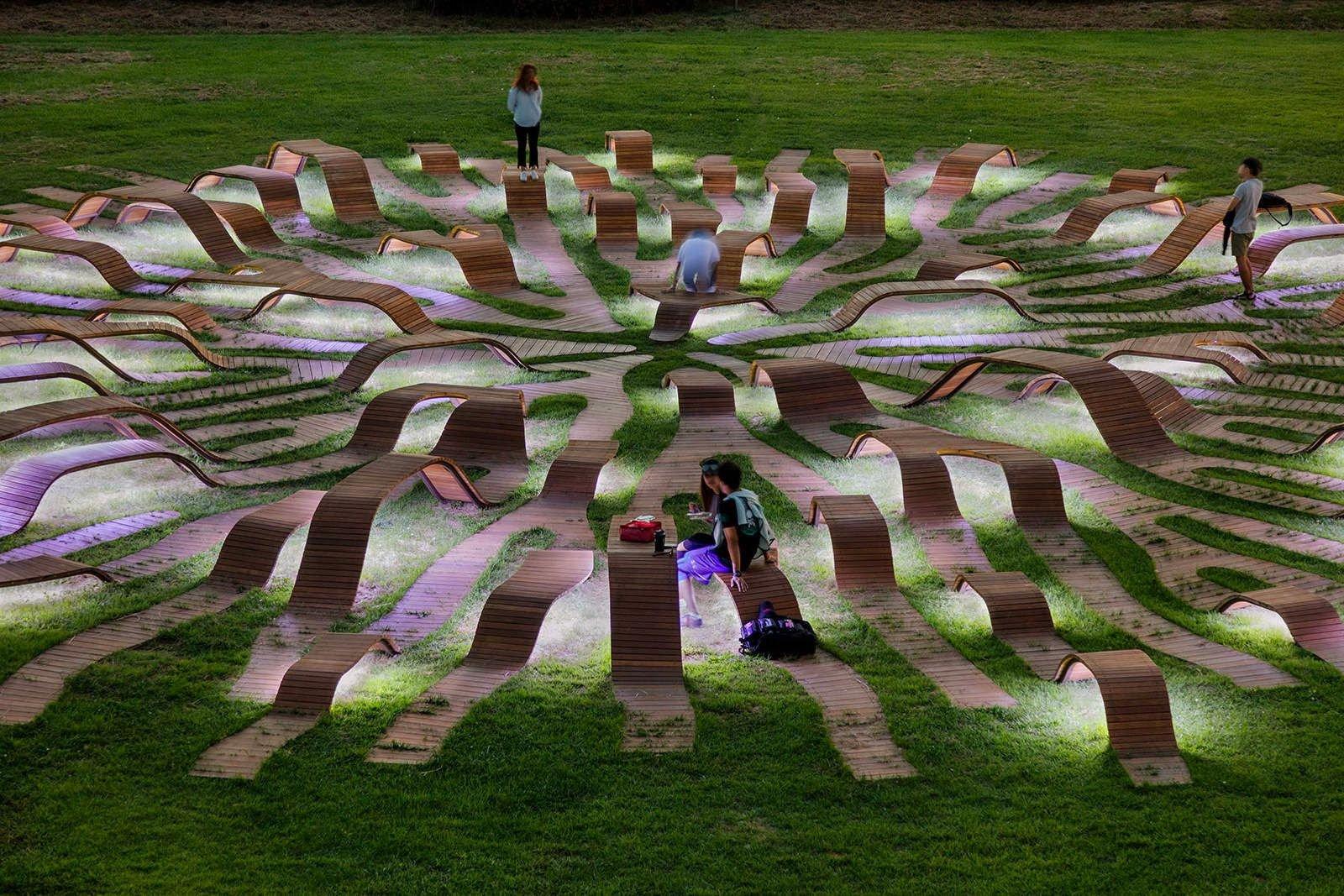 Многоуровневая скамейка в виде корня в сеульском парке Ханъян