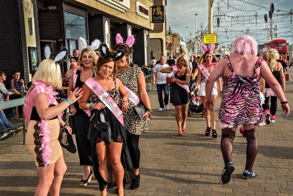 Блэкпульские мальчишники, девичники и кролики на снимках Дуги Уоллеса