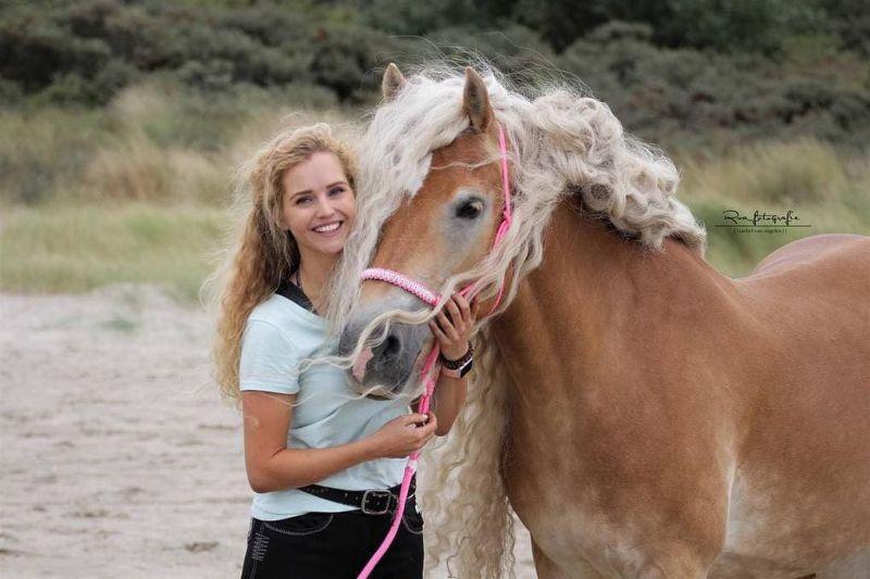 Девушка катается на лошади с роскошной гривой